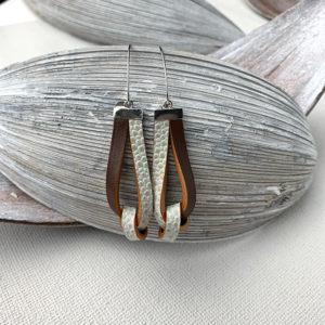 lederen oorbellen met knoop in donkerbruin en beige met print.