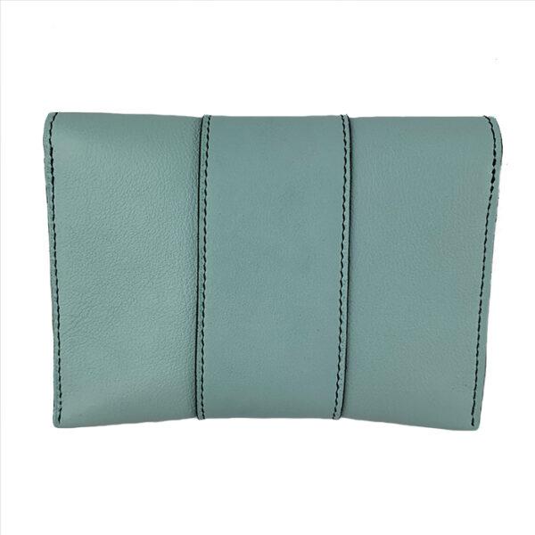 Pochette in hemelsblauw leer met decoratief stiksel achterkant