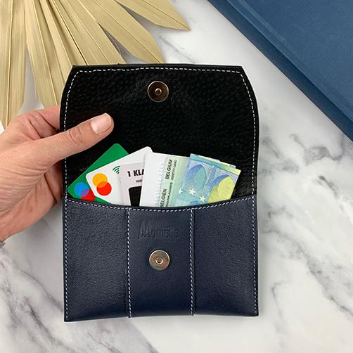 Open lederen etui met bankkaart, identiteitskaart e.d.