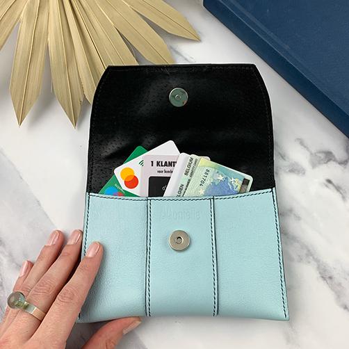 Lederen pochette in hemelsblauw open met bankkaart, identiteitskaart,...