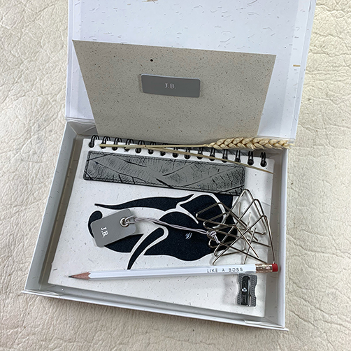 Bladwijzer giftbox met lederen boekenlegger in taupe kleur en accessoires